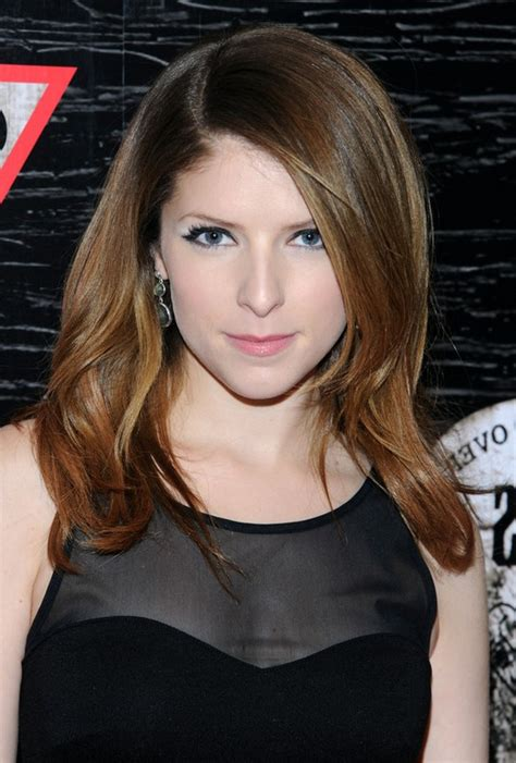 Anna Kendrick Cute Long Wavy Hairstyle for Oval Faces